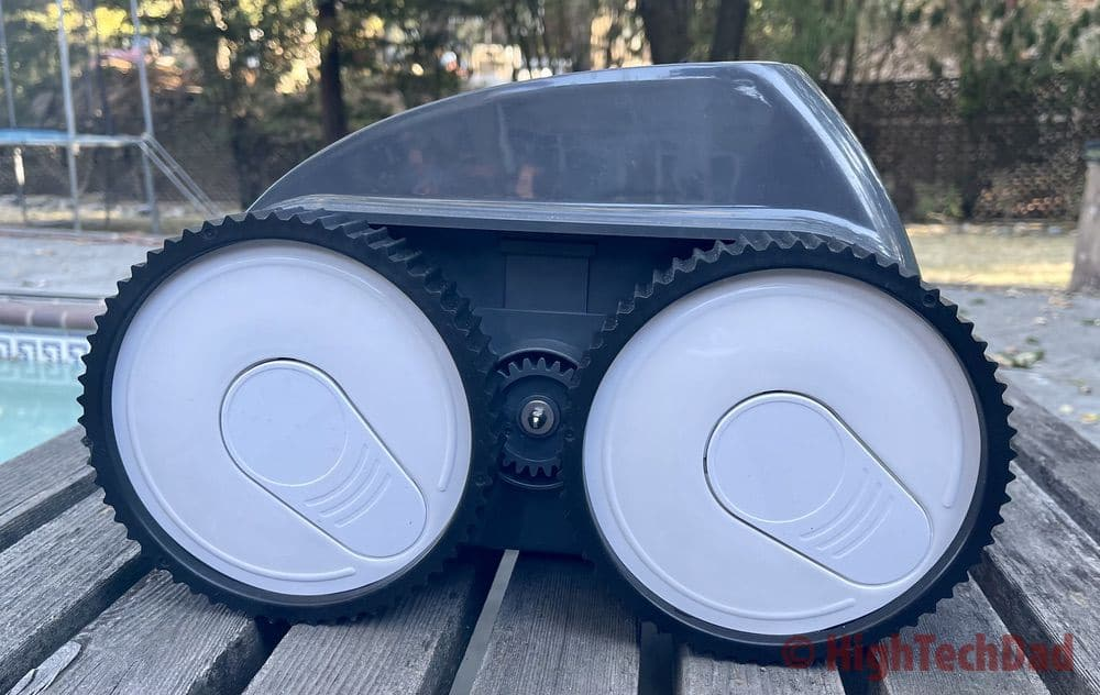 Big wheels - Aiper Smart AIPURY1500 pool robot cleaner - HighTechDad review